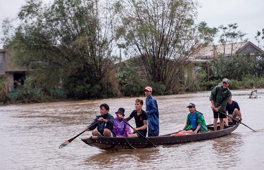 Жертвами наводнения в центральной части Вьетнама стали 105 человек