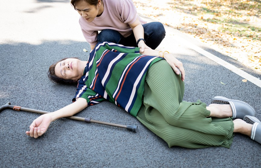 Как помочь человеку, который потерял сознание? Пошаговая инструкция
