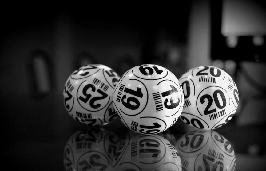 Победитель лотереи попытался спрятать выигрыш от жены и лишился миллионов