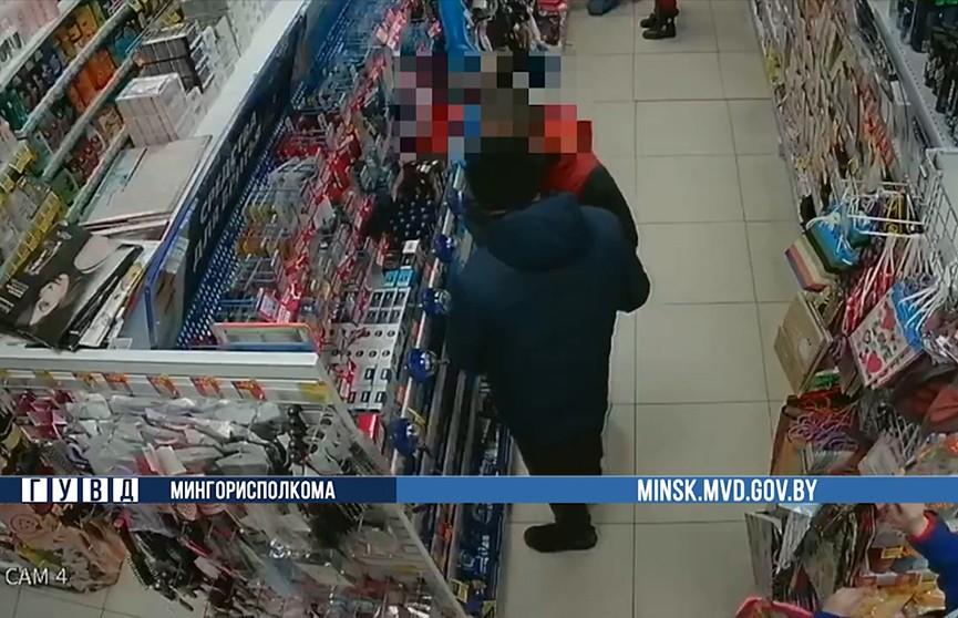 Любители гладкого тела? Двое парней похитили товары для бриться больше чем на 380 рублей из столичного магазина
