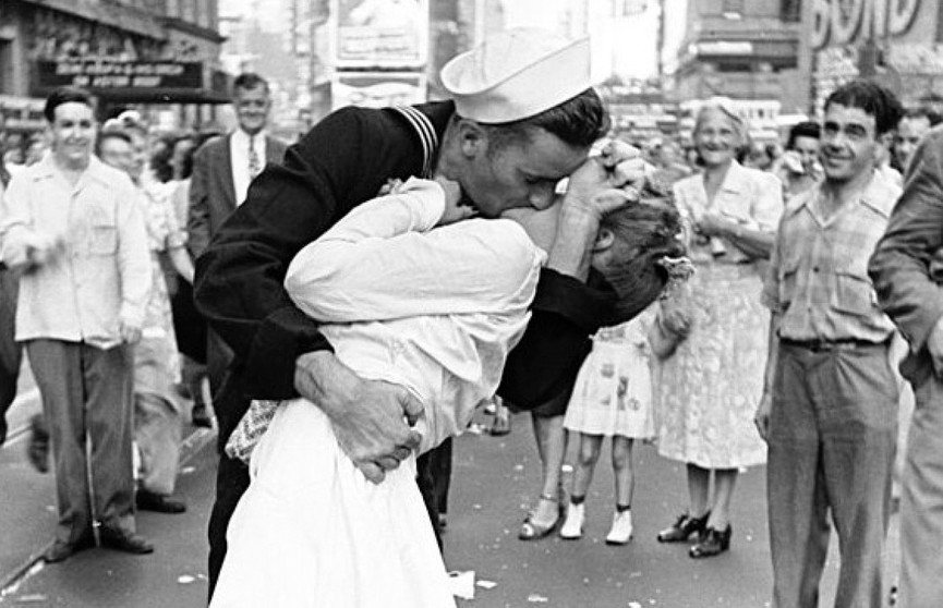 В США вандалы осквернили памятник фотографии «Поцелуй на Таймс-сквер»