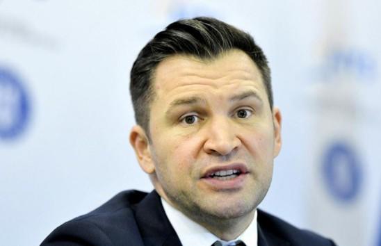 Министр спорта Румынии вышел в эфир без брюк и случайно уронил камеру. Его реакция достойна похвал
