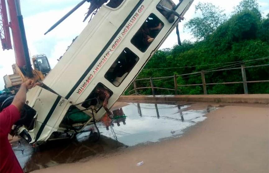 Автобус упал в реку в Нигерии, 14 человек погибли