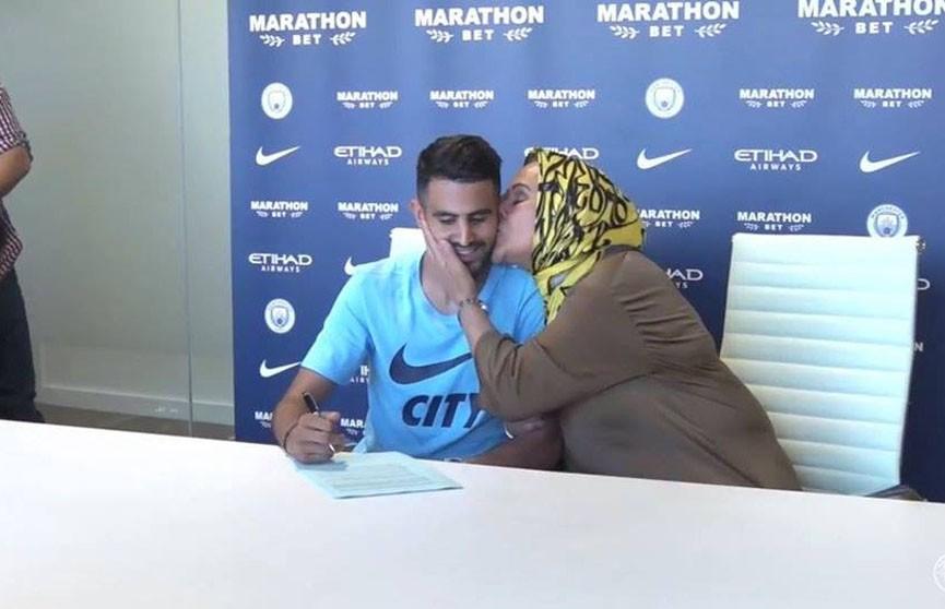 Алжирский футболист Рияд Марез пришёл на подписание контракта с «Манчестер Сити» вместе с мамой