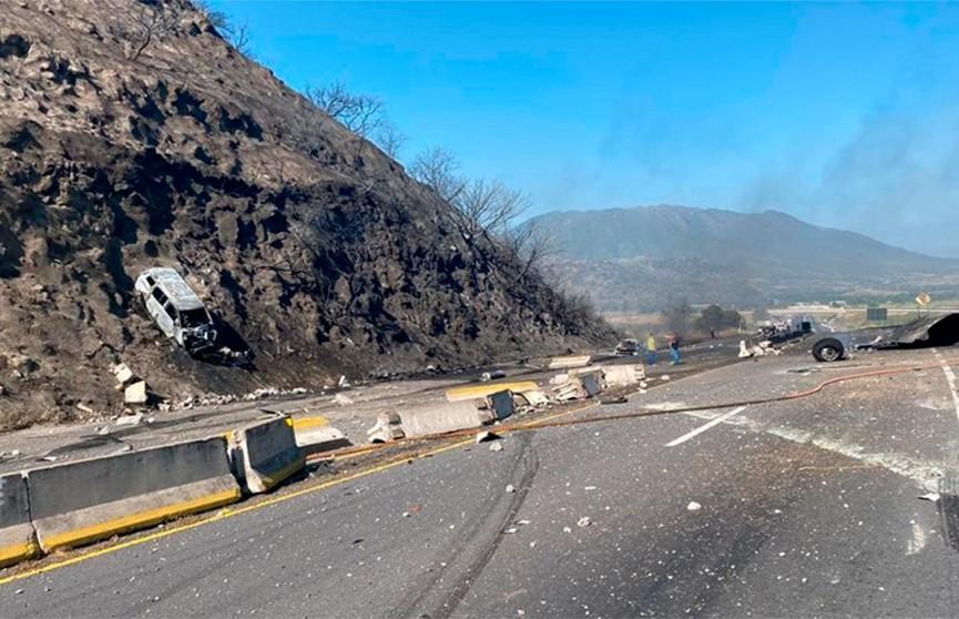 На трассе в Мексике взорвалась автоцистерна: погибли 14 человек