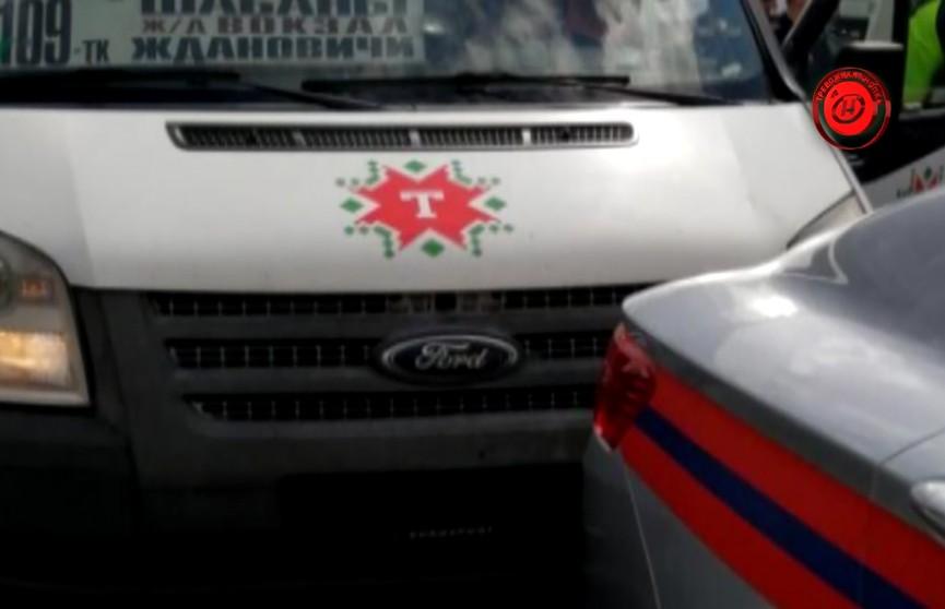 Маршрутчик без водительских прав ехал по запрещённой полосе, въехал в машину МЧС напротив здания ГАИ