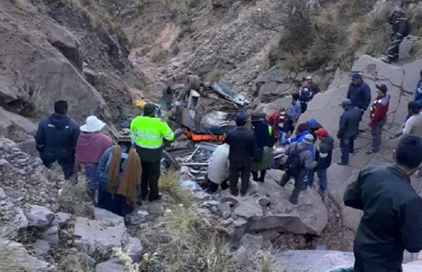 34 человека погибли при падении автобуса с обрыва в Боливии