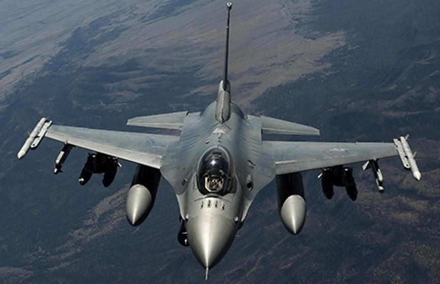 F-16 ВВС Нидерландов сопровождали пассажирский лайнер до аэропорта