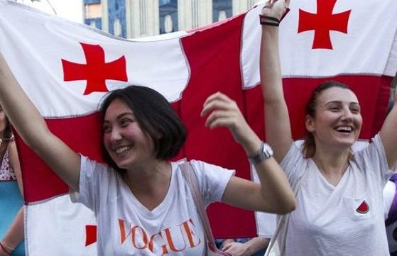 «На Новый год такого шума нет»: жители Грузии отпраздновали отмену режима ЧП в стране