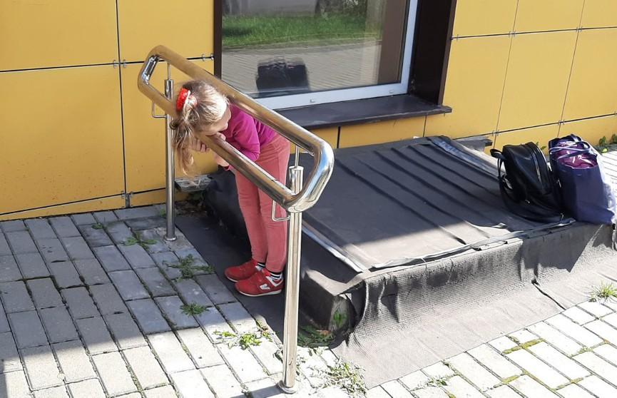 5-летняя девочка в Барановичах застряла между поручней пандуса
