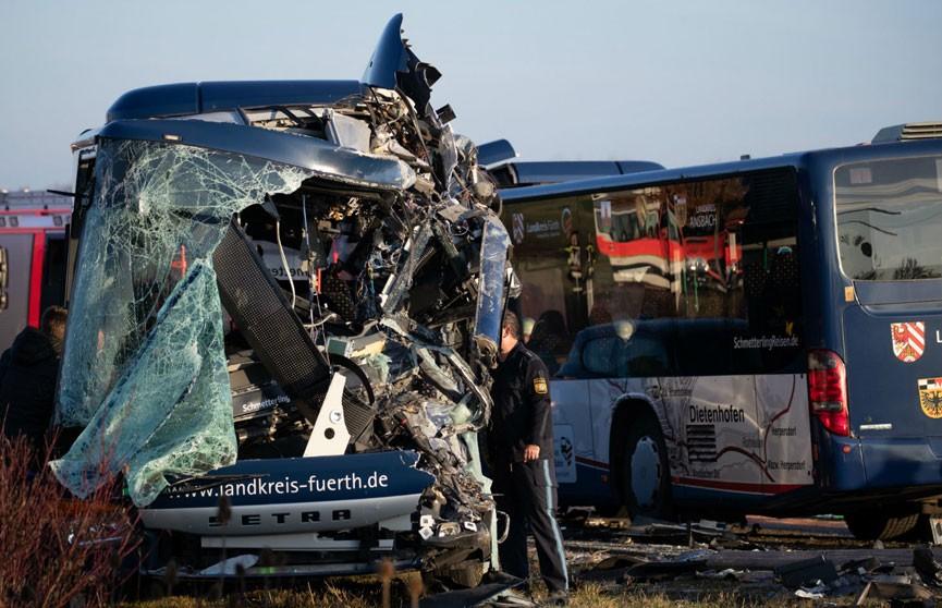 Два школьных автобуса столкнулись в Германии: 40 человек пострадали