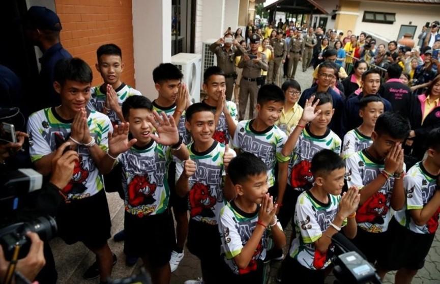 Футболисты из Таиланда возвращаются домой из монастыря