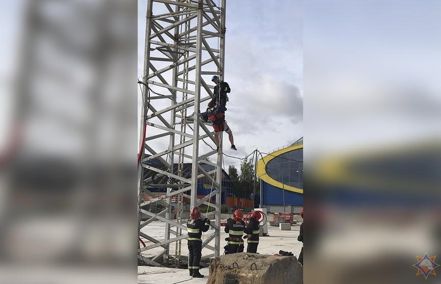 Машинисту крана в Минске стало плохо на высоте 40 м – его снимали спасатели (ВИДЕО)