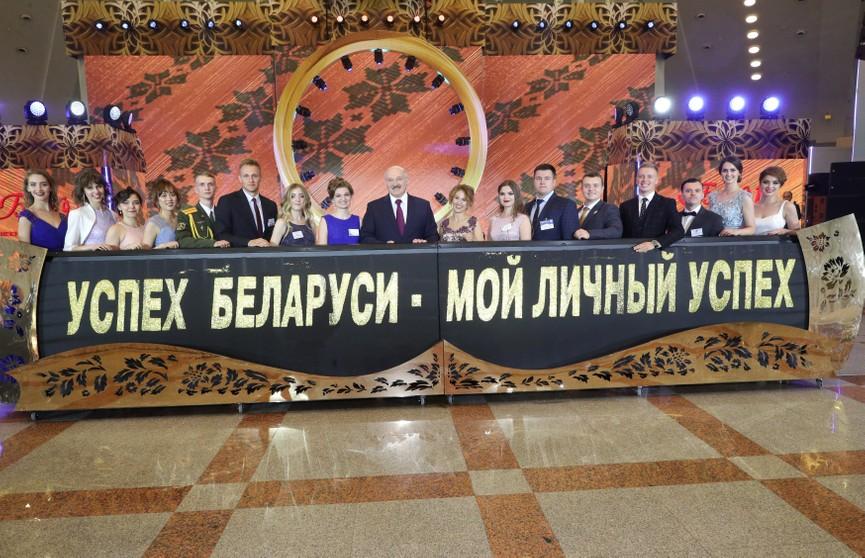 Лукашенко пожелал выпускникам воплощать мечты в жизнь и работать на полезный людям результат