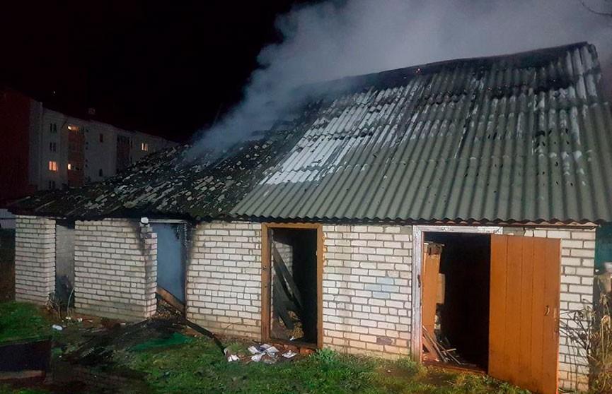 В Хойниках милиционеры вытащили человека из горящего сарая