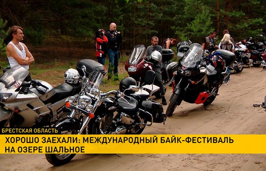 Международный байк-фест «ХЗ-2019» на озере Шальное в Лунинецком районе собрал тысячи человек: как это было (РЕПОРТАЖ)