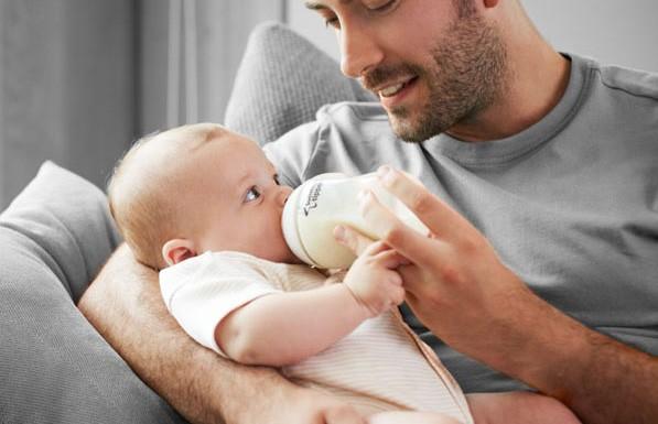 Папа придумал необычный способ покормить ребенка, пока мамы не было дома. Только взгляните
