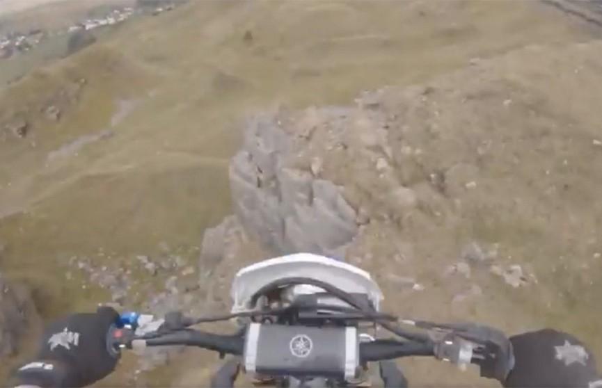Британский мотоциклист пережил падение с 15-метровой скалы (ВИДЕО)