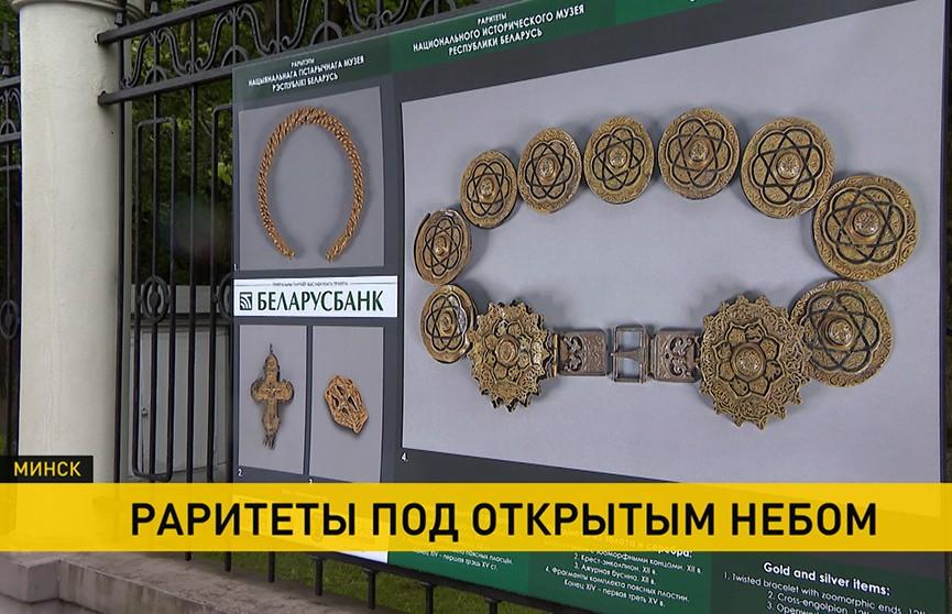Выставка под открытым небом: на ограде парка Челюскинцев представлены фото раритетов Национального исторического музея