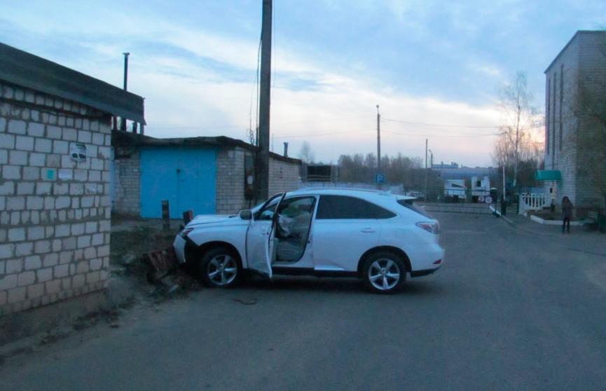 В Осиповичах пьяные сотрудники автомойки угнали Lexus клиента и попали в ДТП