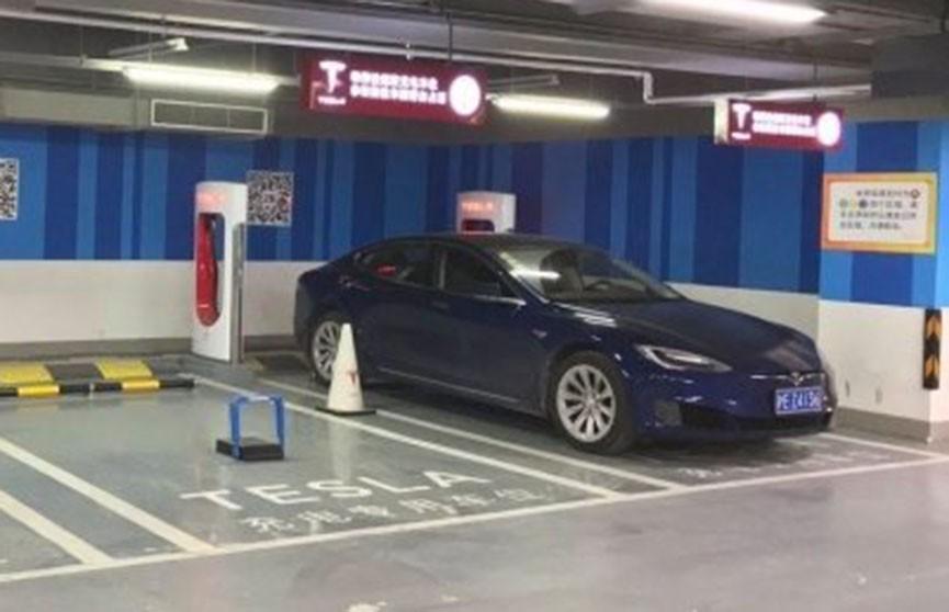 Tesla взорвалась на парковке в Китае (Видео)