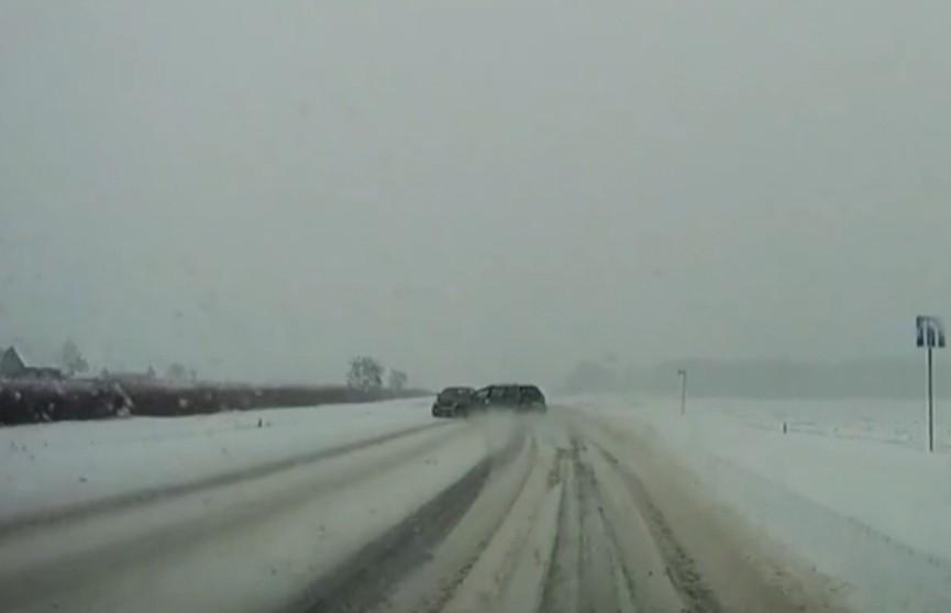 Опасный манёвр. Видеорегистратор снял момент столкновения двух автомобилей на трассе Ивацевичи – Пинск