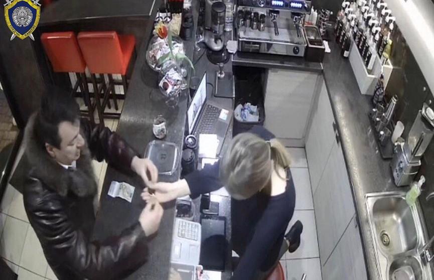 Мошенник выманил крупную сумму у работников трёх кафе в Могилёве – его ищут
