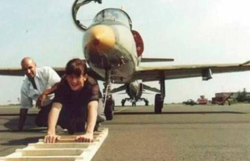 В 11 лет он сдвигал с места самолеты и поднимал 240 тонн на шпагате.  Посмотрите, как сложилась судьба мальчика-силача