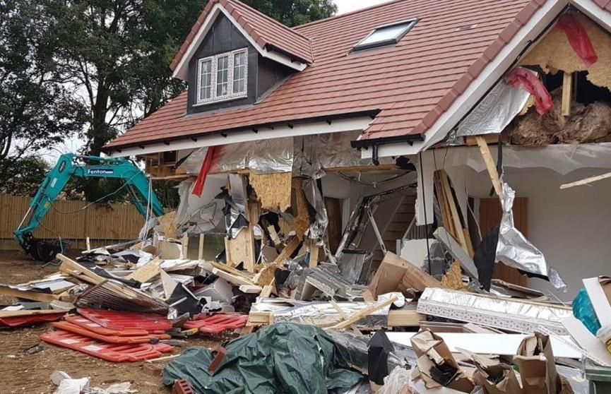 В Британии строитель разрушил экскаватором пять новых домов, потому что ему не заплатили за работу