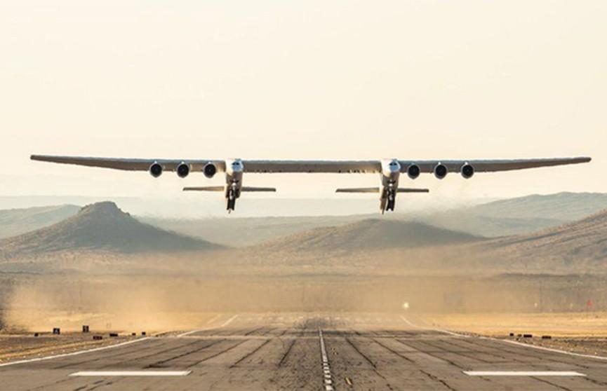 Самый большой самолёт в мире впервые поднялся  в воздух (Видео)