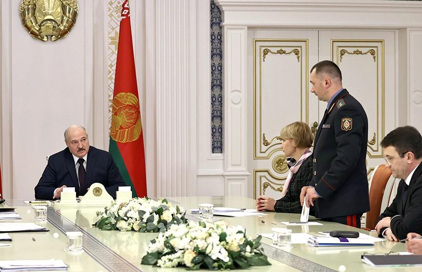 Лукашенко поручил доработать проект указа о введении биометрических документов