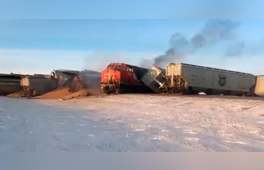 Грузовой поезд сошёл с рельсов в Канаде