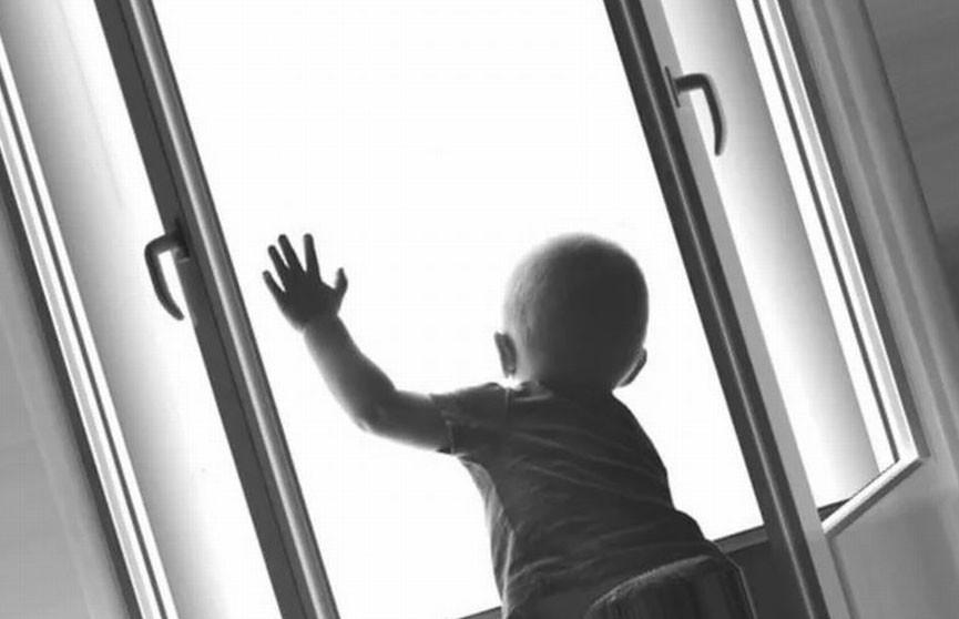Двухлетний малыш выпал из окна третьего этажа под Мозырем
