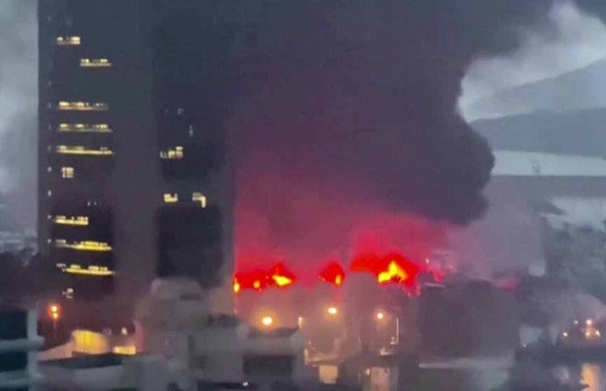 В гавани Гонконга из-за пожара затонули сразу десять круизных лайнеров