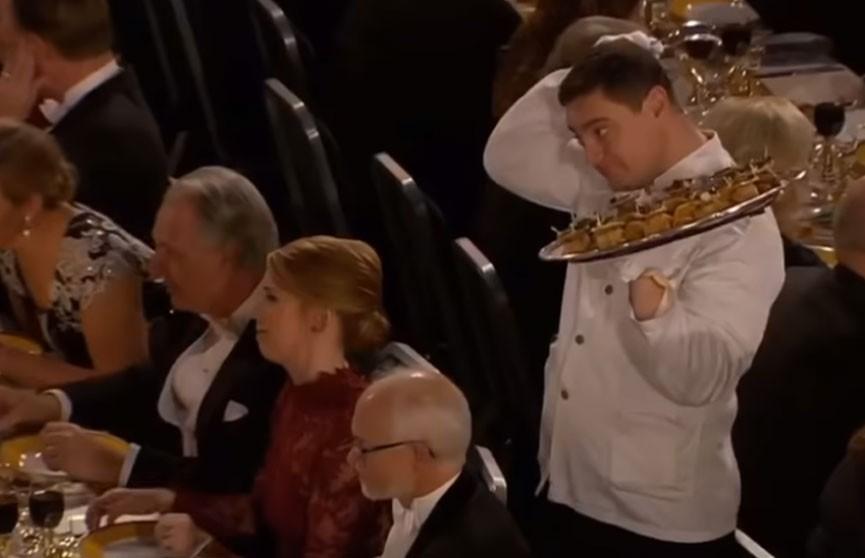 На Нобелевском банкете официант уронил еду на президента академии наук  (ВИДЕО)
