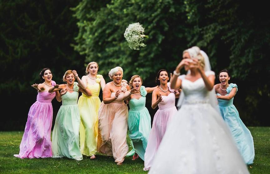 Парень сбежал со свадьбы, когда его девушка поймала букет невесты