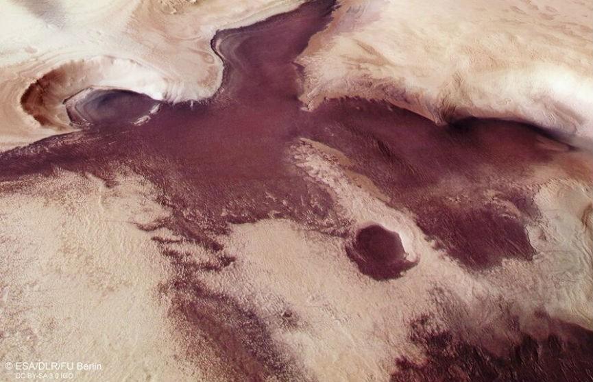 Автоматическая межпланетная станция «Марс-экспресс» сделала фотографию причудливого марсианского ландшафта.