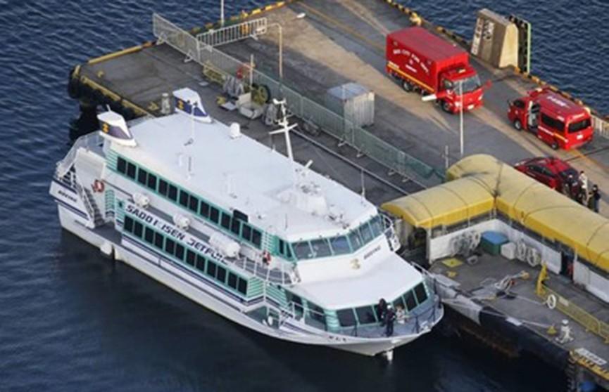 Корабль столкнулся с китом в Японии, пострадали 80 человек