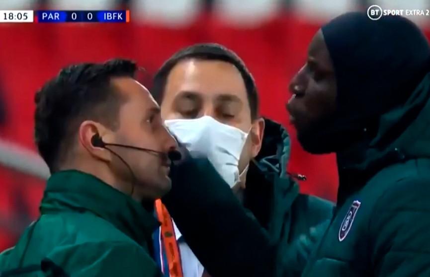 Матч футбольной Лиги чемпионов был прерван из-за расистского высказывания арбитра