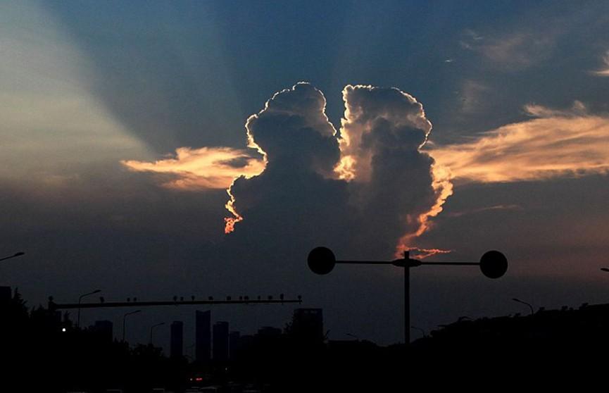 «Целующиеся» облака увидели жители Китая