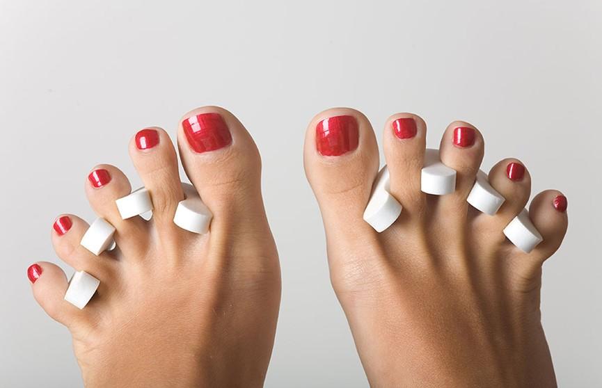 «Мой ноготь целиком отвалился от пальца»: женщина сходила в салон и лишилась ногтя