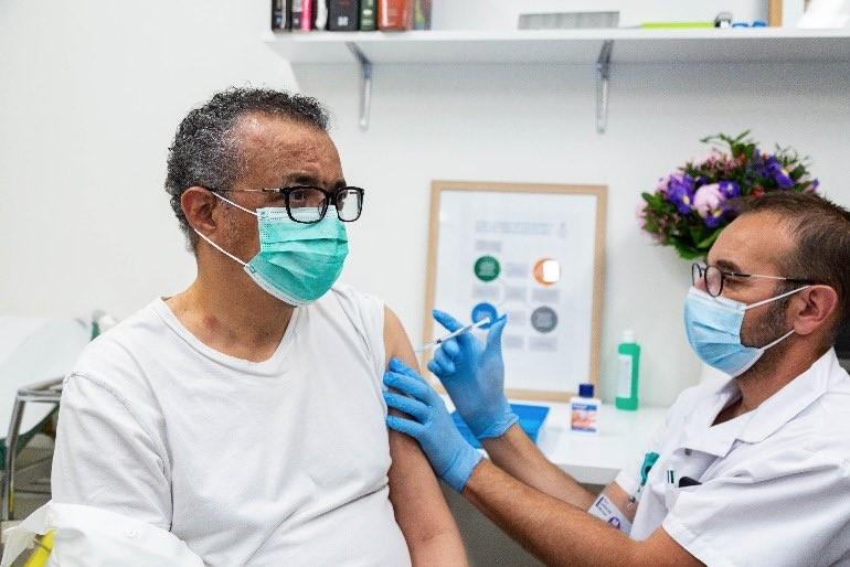 Гендиректор ВОЗ вакцинировался от коронавируса