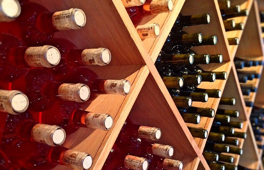 Британка разгромила прилавок с сотнями бутылок спиртного в супермаркете