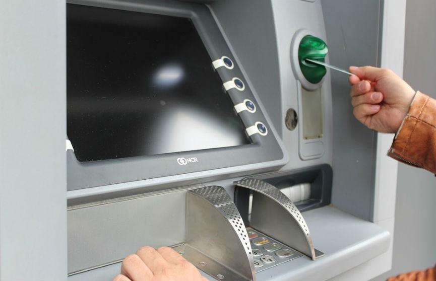 Беларусбанк начинает взимать комиссию за снятие наличных в банкоматах «БПС-Сбербанка»