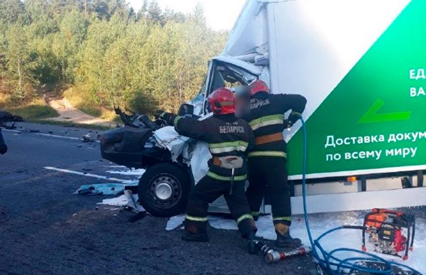 Два грузовика столкнулись на трассе М1: пострадавших вызволяли спасатели