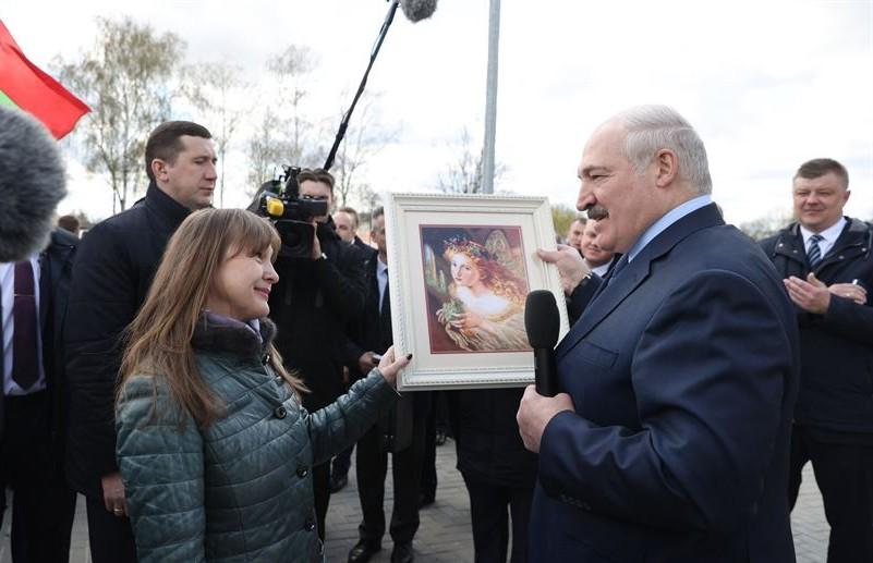 «В кабинет!»: жительница Брагинского района подарила Лукашенко картину с ангелом-хранителем