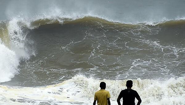 Шри-Ланку накрыл тропический шторм. Десятки тысяч людей эвакуированы
