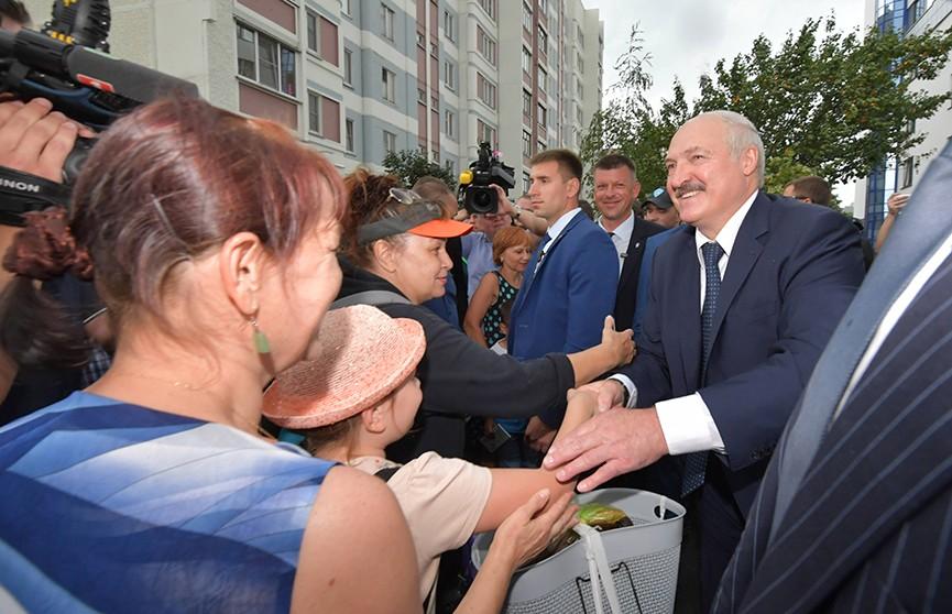 Лукашенко о пандемии: У нас есть армия толковых людей в белых халатах, которые победили эту болезнь