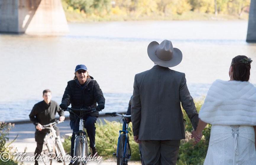 Легендарный Пол Маккартни катался на велосипеде и случайно стал звездой свадебной фотосессии