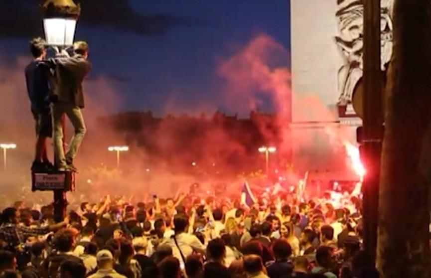 ЧМ по футболу-2018. Победу сборной Франции праздновали в Париже десятки тысяч болельщиков